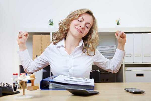 Зарядка на рабочем месте: приводим затекшие мышцы